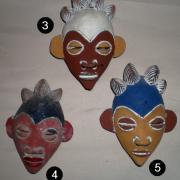 Petits masques en terre cuite